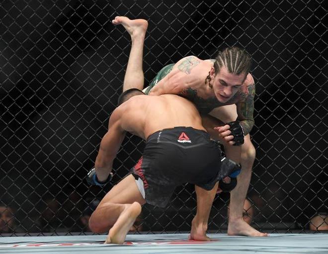 Chiến binh UFC: Gãy chân suốt 4 phút vẫn đánh bại đối thủ 2