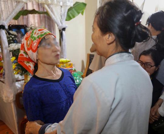 2 người nhận giác mạc đến nhà thắp hương tri ân bé Hải An - 2