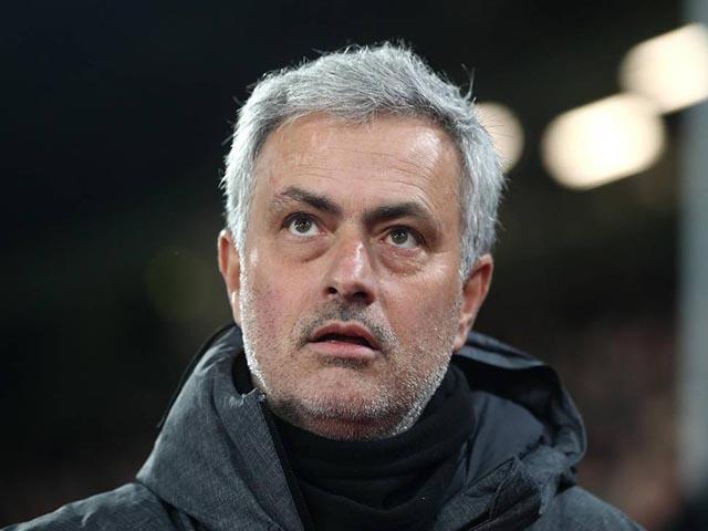 MU - Mourinho đá chai nước, nguy cơ lỡ đại chiến Liverpool: Fan bênh vực 8