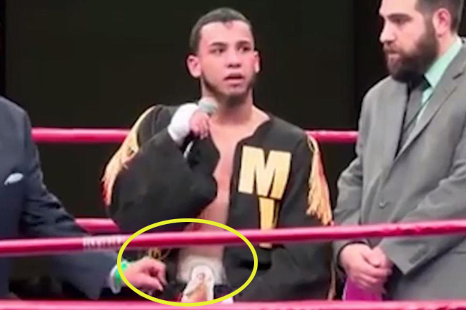 """Choáng váng: Võ sỹ boxing thắng trận, vạch quần khoe điều """"giật mình"""" 1"""