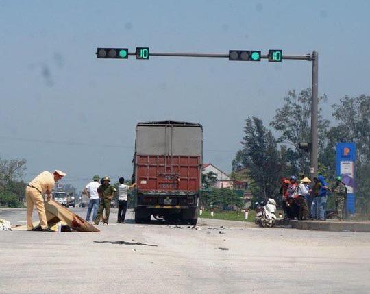 """Xe tải cuốn xe máy vào gầm ở ngã tư """"tử thần"""", 2 anh em chết thảm"""