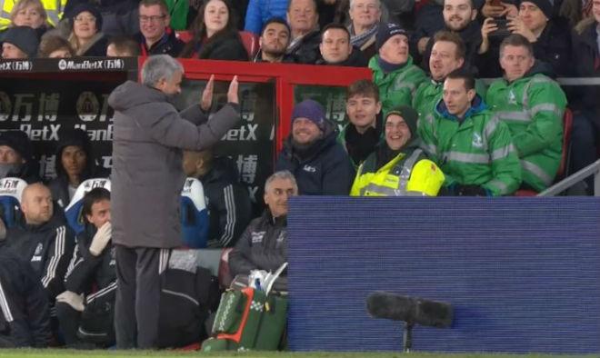 MU - Mourinho đá chai nước, nguy cơ lỡ đại chiến Liverpool: Fan bênh vực 7