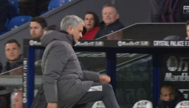 MU - Mourinho đá chai nước, nguy cơ lỡ đại chiến Liverpool: Fan bênh vực 3