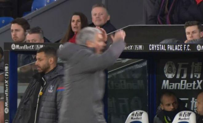 MU - Mourinho đá chai nước, nguy cơ lỡ đại chiến Liverpool: Fan bênh vực 4