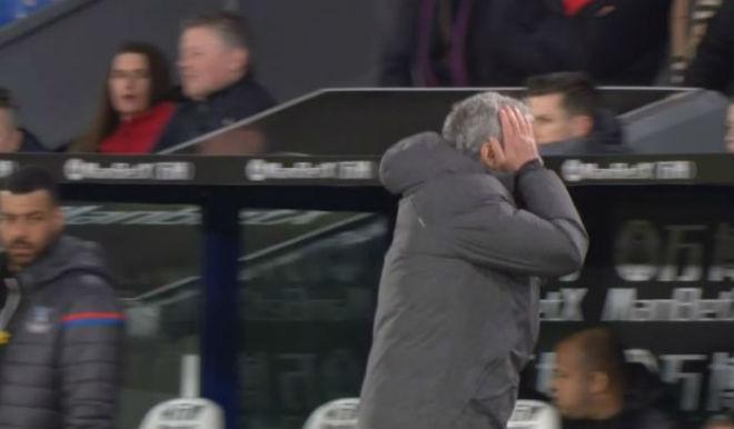 MU - Mourinho đá chai nước, nguy cơ lỡ đại chiến Liverpool: Fan bênh vực 6