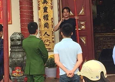 Ngáo đá, kề dao dọa tự tử trước cổng đền thiêng