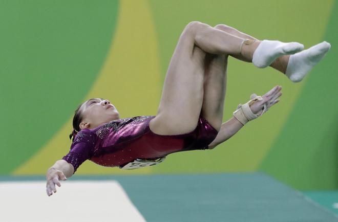 Xoay người 3 vòng trên không, mỹ nhân thể dục Trung Quốc ngã gãy đùi