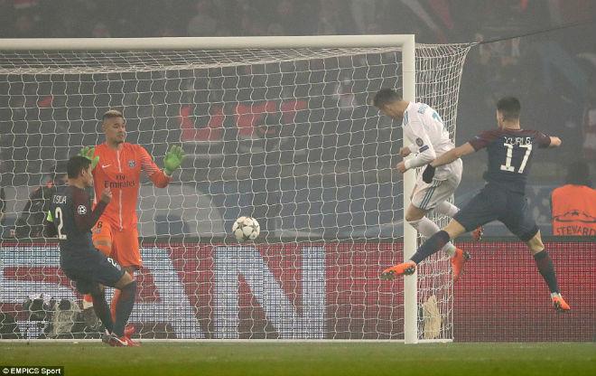 """Real vào tứ kết C1: Vua Ronaldo """"nổ súng"""", rực rỡ hơn pháo sáng Paris"""
