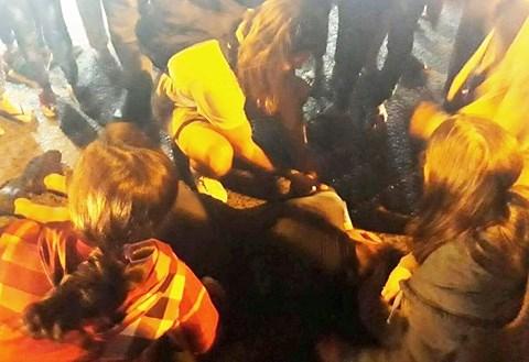 2 nữ du khách bị đánh ngất xỉu, bầm dập sau khi chụp hình quán cơm - 1