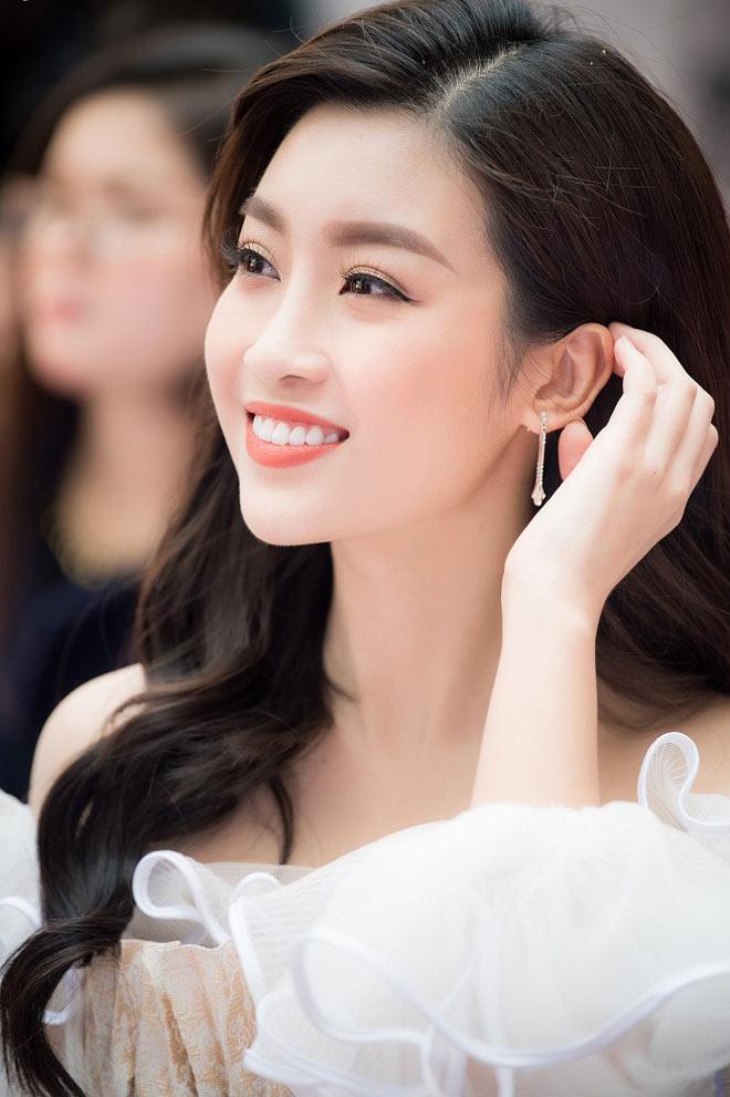 Hoa hậu Mỹ Linh tình tứ bên Bùi Tiến Dũng U23 VN
