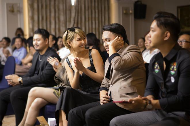 Xem Ảnh đọc báo tin tức Diệp Linh Châu trả lời về nghi án tình cảm với V.O.X - chủ nhân hit