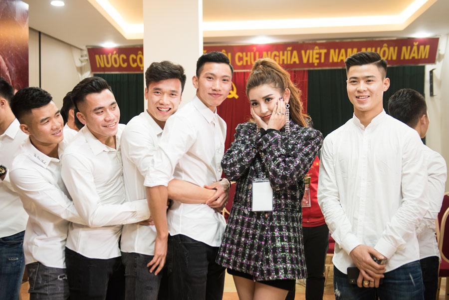 Mỹ nhân Việt tình tứ bên Bùi Tiến Dũng và dàn tuyển thủ U23 - 6