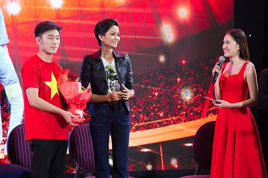 Mỹ nhân Việt tình tứ bên Bùi Tiến Dũng và dàn tuyển thủ U23 - 11