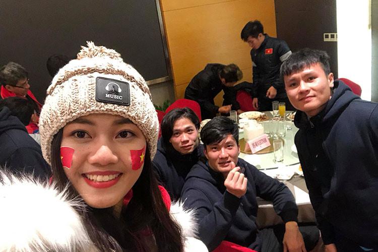 Mỹ nhân Việt tình tứ bên Bùi Tiến Dũng và dàn tuyển thủ U23 - 9