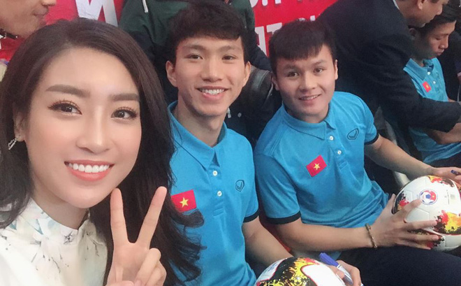 Mỹ nhân Việt tình tứ bên Bùi Tiến Dũng và dàn tuyển thủ U23 - 4