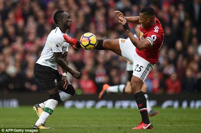 """Thua MU ấm ức, Liverpool """"nổi điên"""" đi kiện đòi 3 penalty, 2 thẻ đỏ 8"""