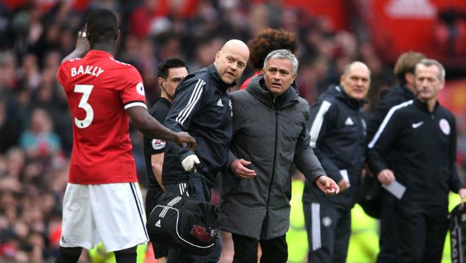 """Eric Bailly tội đồ hóa người hùng: Mourinho mắng yêu, fan ví với """"báo đen"""" 1"""
