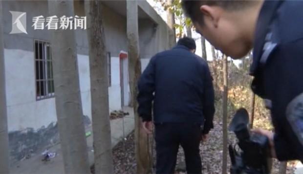 Trộm chuyên nghiệp bị tóm vì chân quá nặng mùi - 1