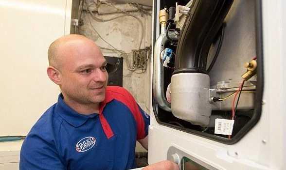 Thợ sửa ống nước ở Anh: Lương cao hơn Thủ tướng, đi du lịch Maldives như... đi chợ