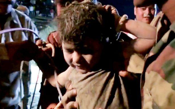 Bé trai 5 tuổi sống sót thần kỳ sau 2 ngày dưới giếng sâu 35 mét