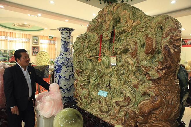 Chiêm ngưỡng bức tranh 9 rồng bằng ngọc nguyên khối lớn nhất châu Á