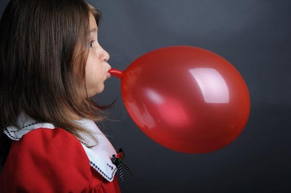 Người Trung Quốc thổi bóng bay, dán sim điện thoại để giảm cân