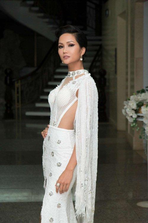 Hoa hậu H'Hen Niê gây tranh cãi vì bộ váy xẻ tứ bề - 2