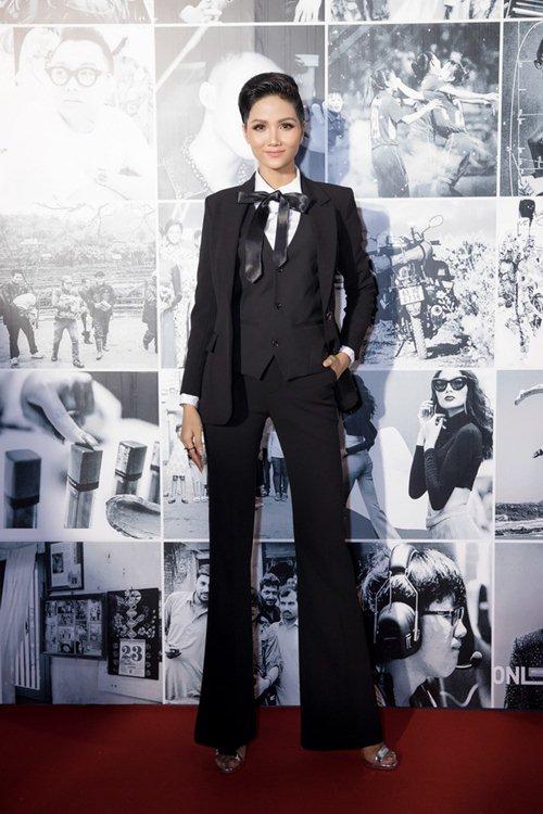 Hoa hậu H'Hen Niê gây tranh cãi vì bộ váy xẻ tứ bề - 4