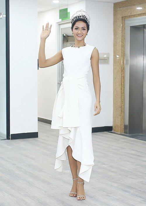Hoa hậu H'Hen Niê gây tranh cãi vì bộ váy xẻ tứ bề - 5