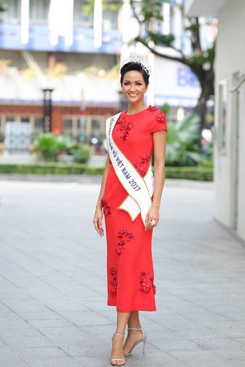 Hoa hậu H'Hen Niê gây tranh cãi vì bộ váy xẻ tứ bề - 3