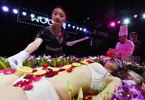 Mẫu nude bàn tiệc sushi kể về sự cố xấu hổ khi gặp khách ăn chay - 4
