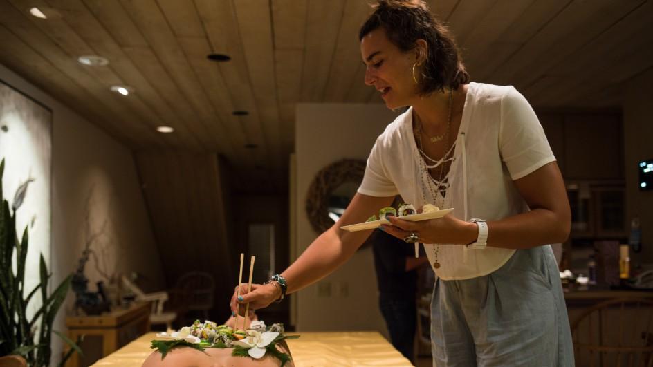Mẫu nude bàn tiệc sushi kể về sự cố xấu hổ khi gặp khách ăn chay - 1