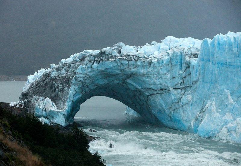 Mái vòm băng kì vĩ ở Argentina đổ sụp sau 4 năm - 1