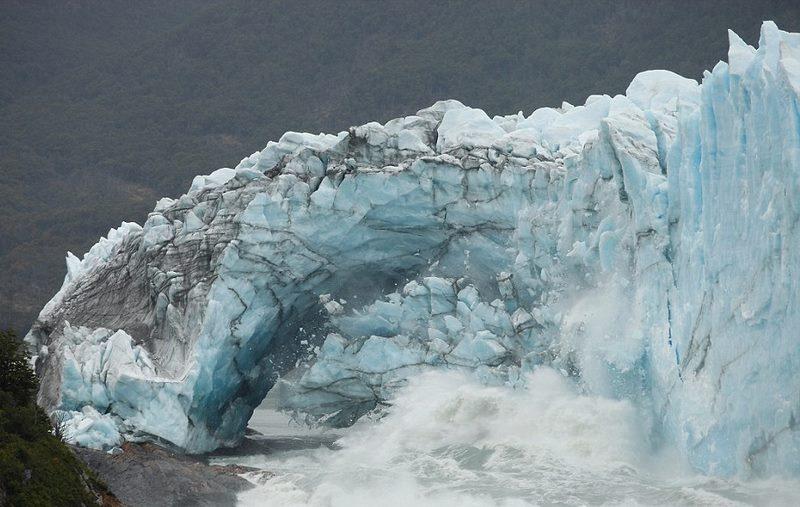 Mái vòm băng kì vĩ ở Argentina đổ sụp sau 4 năm - 2
