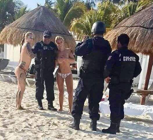 Chụp ảnh với hai cô gái ngực trần, nam cảnh sát Mexico gặp hạn