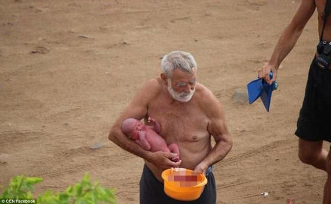 Hi hữu: Đang đi bơi, thai phụ bất ngờ đẻ rơi trên biển Đỏ - 4