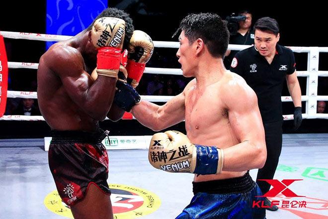 """Né """"Thánh Muay Thái"""", ôm mộng vô địch: Võ sỹ Trung Quốc vẫn ăn đòn sấp mặt 1"""