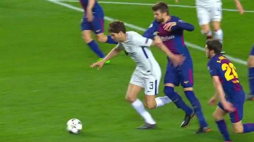 Bạo lực gây sốc Cúp C1: Fan Chelsea bị đánh đập bằng dùi cui 3