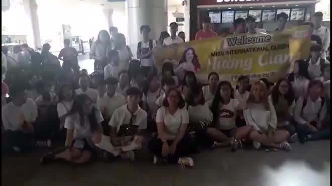 """Fan tụ tập ở sân bay Tân Sơn Nhất, hô to tên """"Hương Giang"""""""