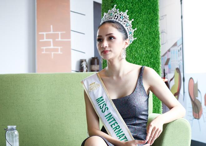 Hoa hậu Hương Giang:Nhuộm tóc cũng bị tước vương miện - 3