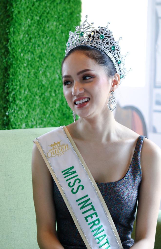 Hoa hậu Hương Giang:Nhuộm tóc cũng bị tước vương miện - 2