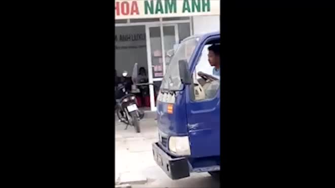 Clip: Bé trai lái xe tải chạy bon bon trên phố, người dân hết hồn