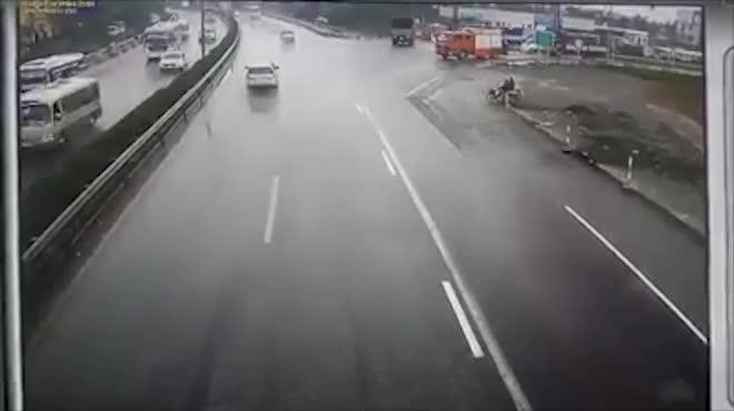 Clip: Kinh hoàng giây phút ô tô húc bay xe cứu hỏa chạy ngược chiều trên cao tốc