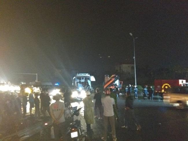 Ảnh: Hiện trường vụ tai nạn kinh hoàng giữa xe khách và xe cứu hỏa - 5