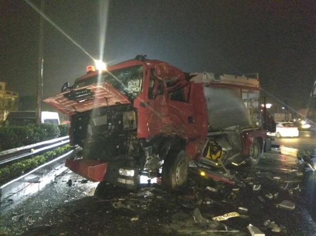 Ảnh: Hiện trường vụ tai nạn kinh hoàng giữa xe khách và xe cứu hỏa - 7