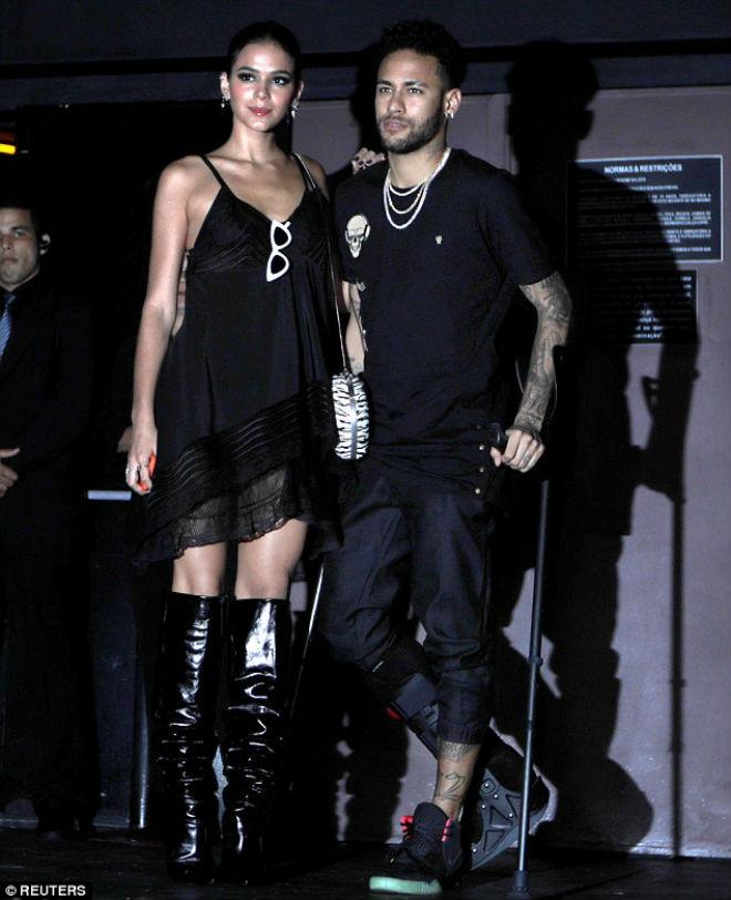 """Neymar què chân, """"quẩy"""" tưng bừng bên mỹ nữ: Ham vui dễ lỡ hẹn World Cup"""