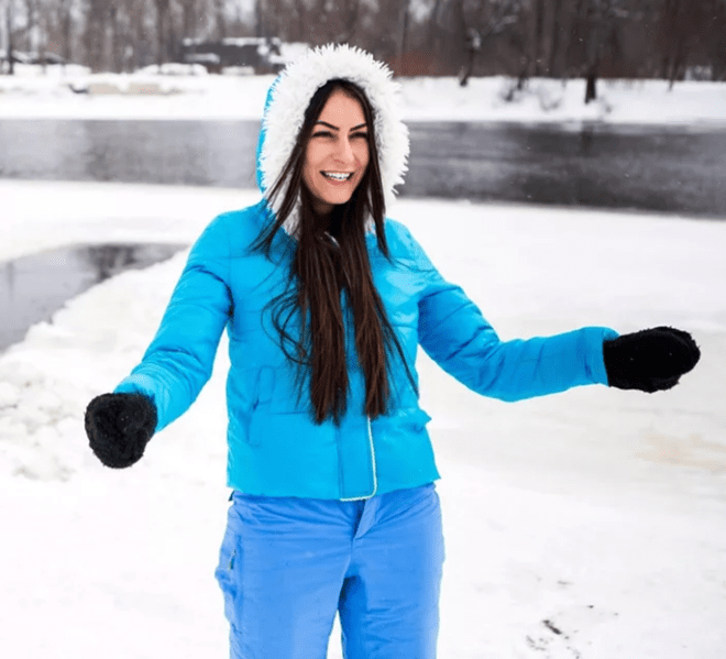Người phụ nữ đắm mình trần trong sông băng để trẻ mãi không già