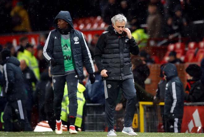 Tiết lộ biến ở MU: Mourinho giận vì bị Pogba tự tiện… cầm tay 1