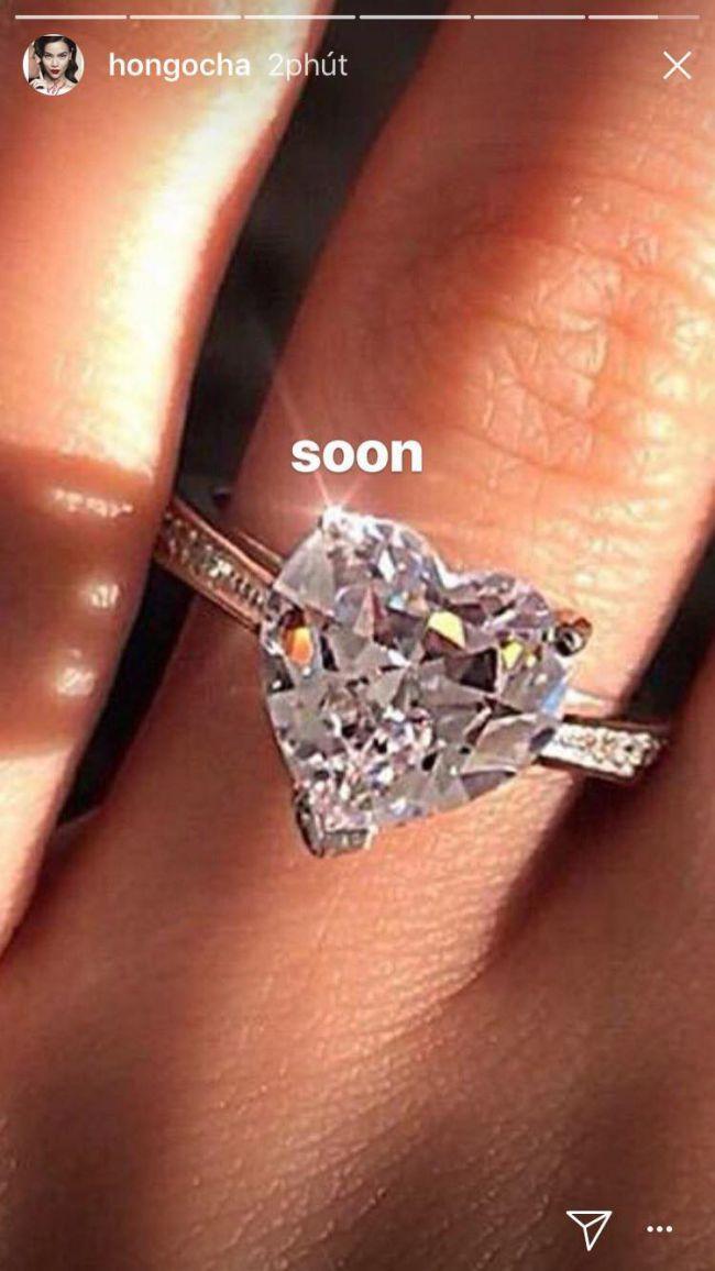Hà Hồ khoe nhẫn kim cương