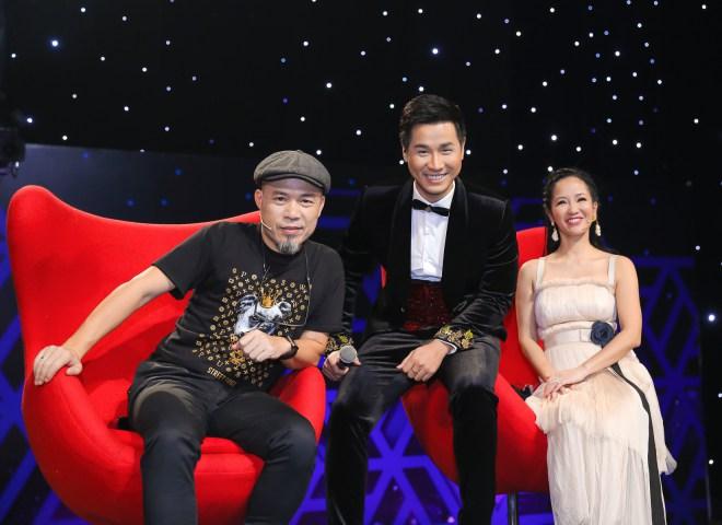 Văn Mai Hương nắm tay MC Nguyên Khang trong hậu trường